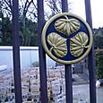 霊園の門に三つ葉葵の紋